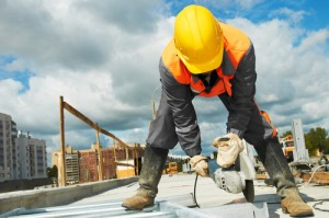 shutterstock_86230687 Builder worker with grinder machine cutting metal parts at construction site copyright by shutterstock.com