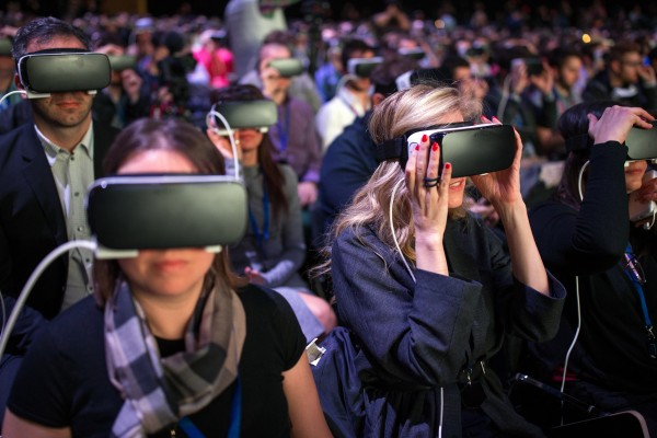Journalisten mit Samsung Gear VR am MWC 2016 in Barcelona (Quelle: Facebook)